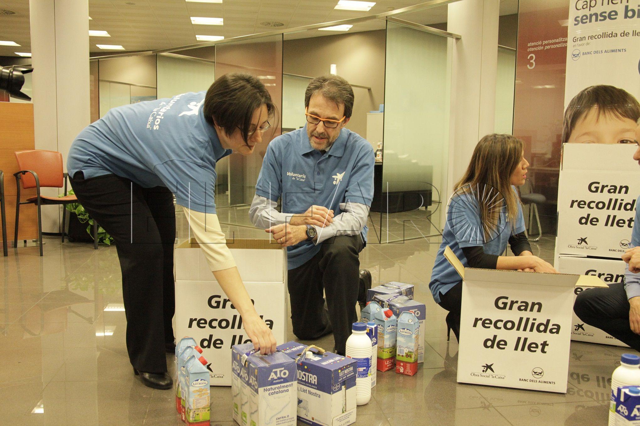 La Obra Social 'la Caixa' y FESBAL recogen 780 litros de leche en favor de familias en riesgo de exclusión social