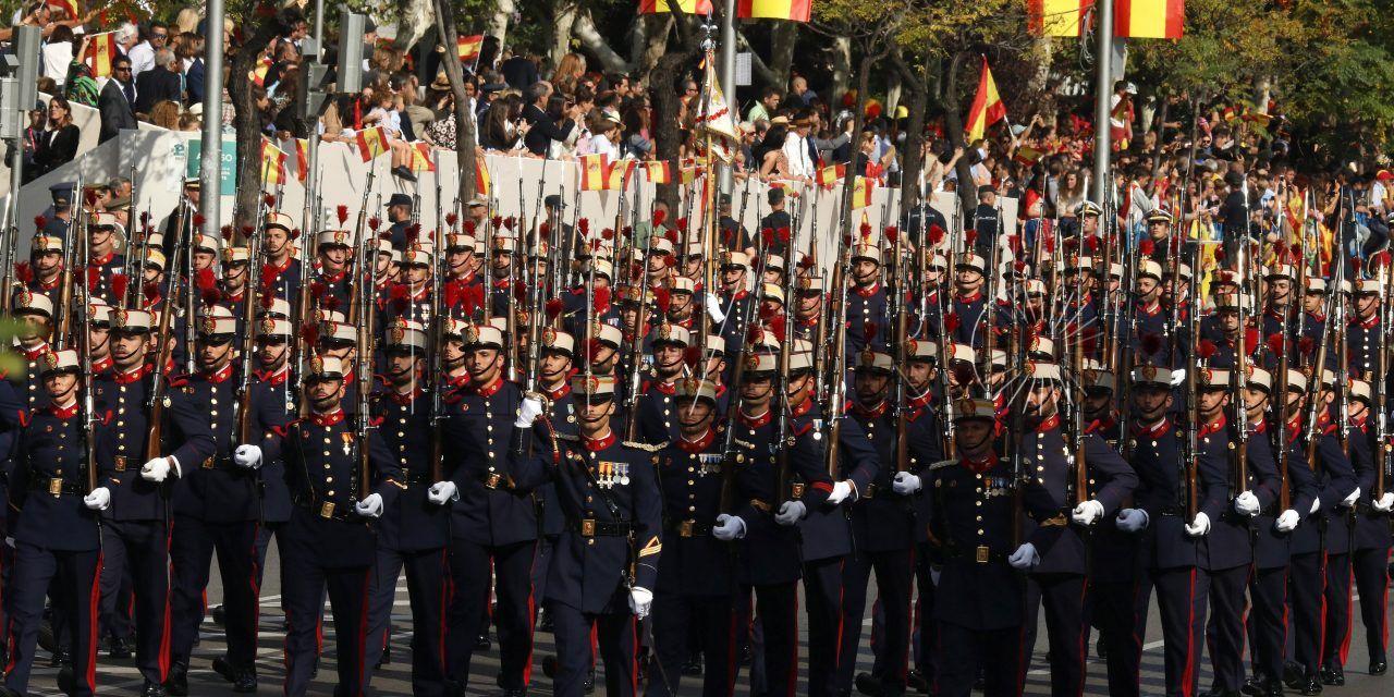 """Desfile de la Fiesta Nacional, aplausos y gritos de """"viva España"""" al llegar los Reyes"""