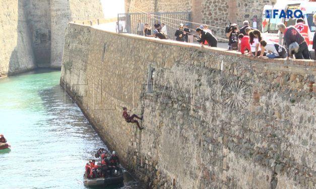 Varias personas asistidas en un rescate vertical del segundo simulacro