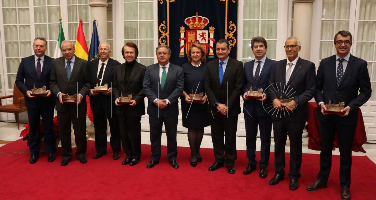 Manuel Olivencia recibe el Premio Plaza de España
