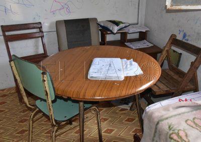 La mesa donde los menores hacen sus tareas.