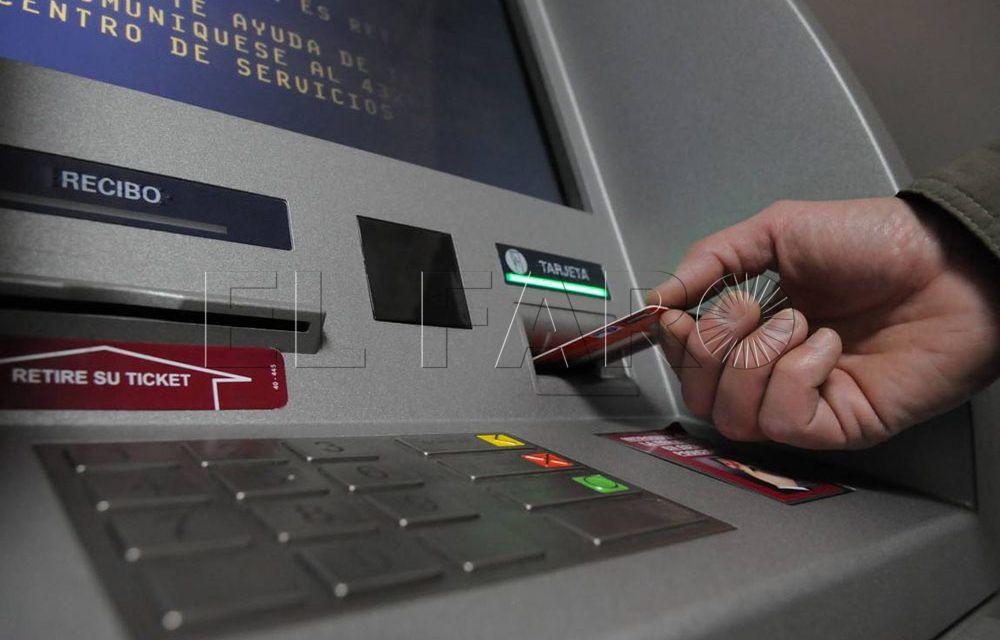 Condenado a pagar 450 euros por contratar una  VISA a nombre de un familiar