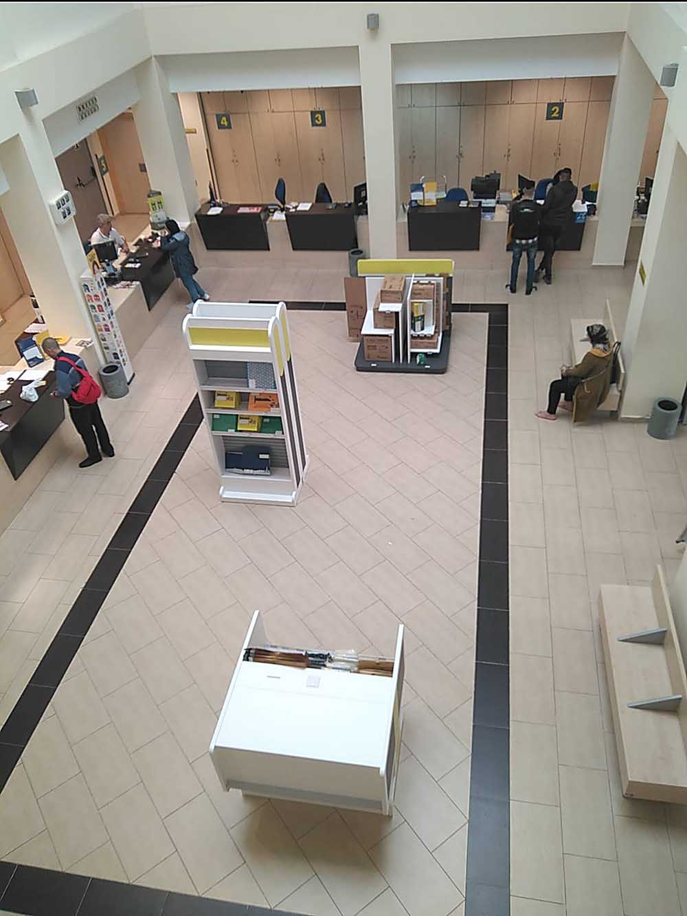 Correos renueva su oficina de plaza espa a for Oficina correos madrid