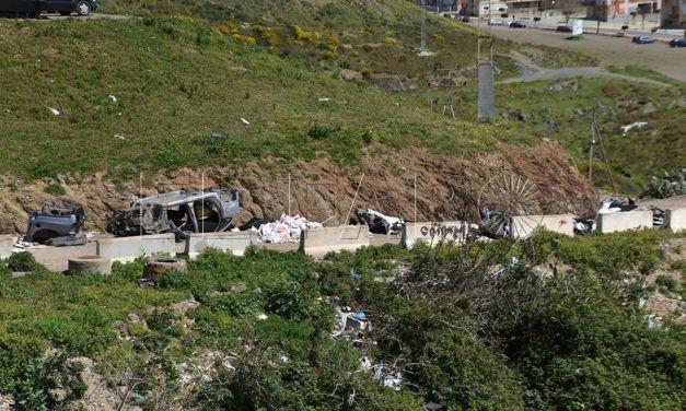 MDyC critica los vertidos descontrolados de escombros y chatarras en Arcos Quebrados