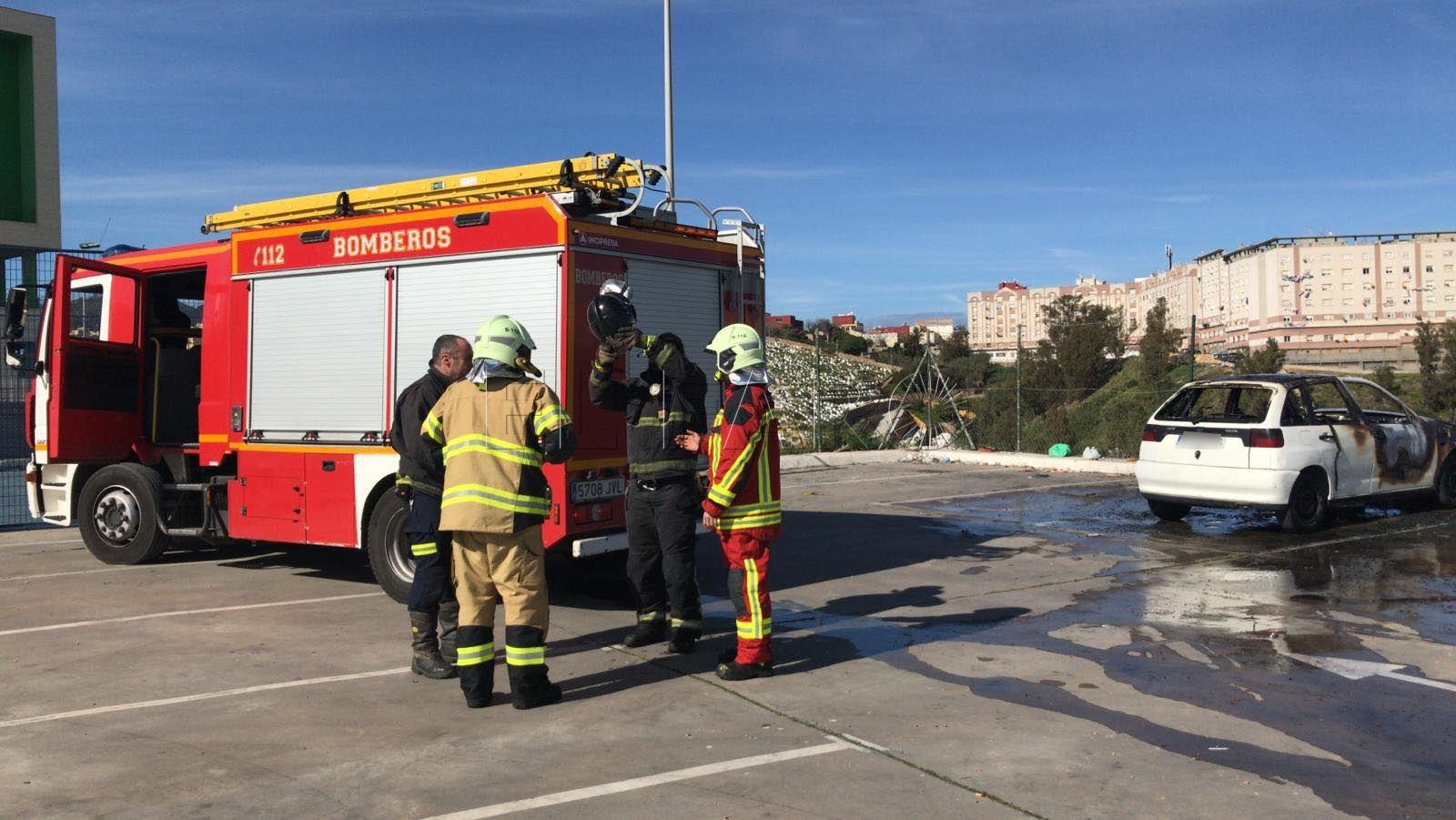 vehiculo-quemado-bomberos-aparcamiento-loma-colmenar-1