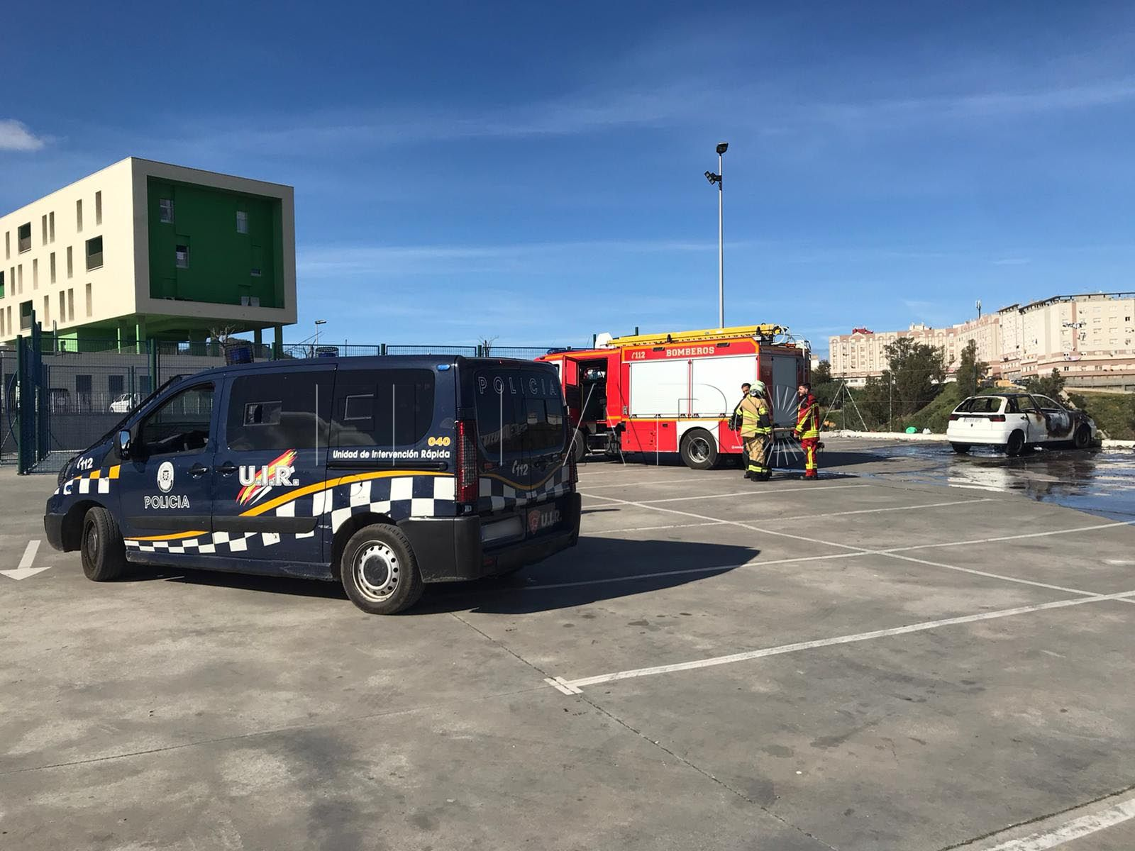 vehiculo-quemado-bomberos-aparcamiento-loma-colmenar-4