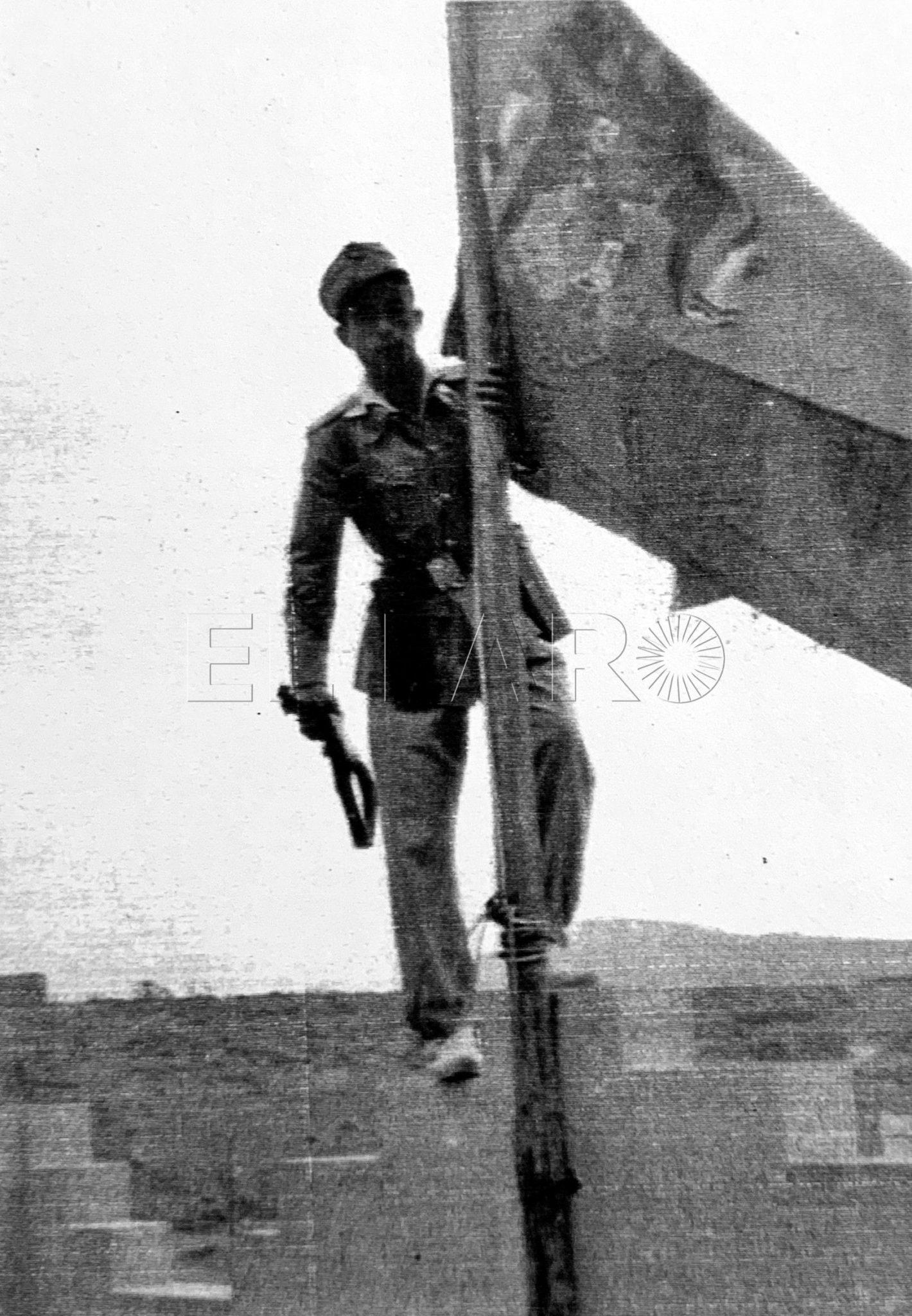 El cabo Manuel Castilla Díaz en lo alto del puesto de Telata agarrado al mástil donde ondea la bandera de Espana-1
