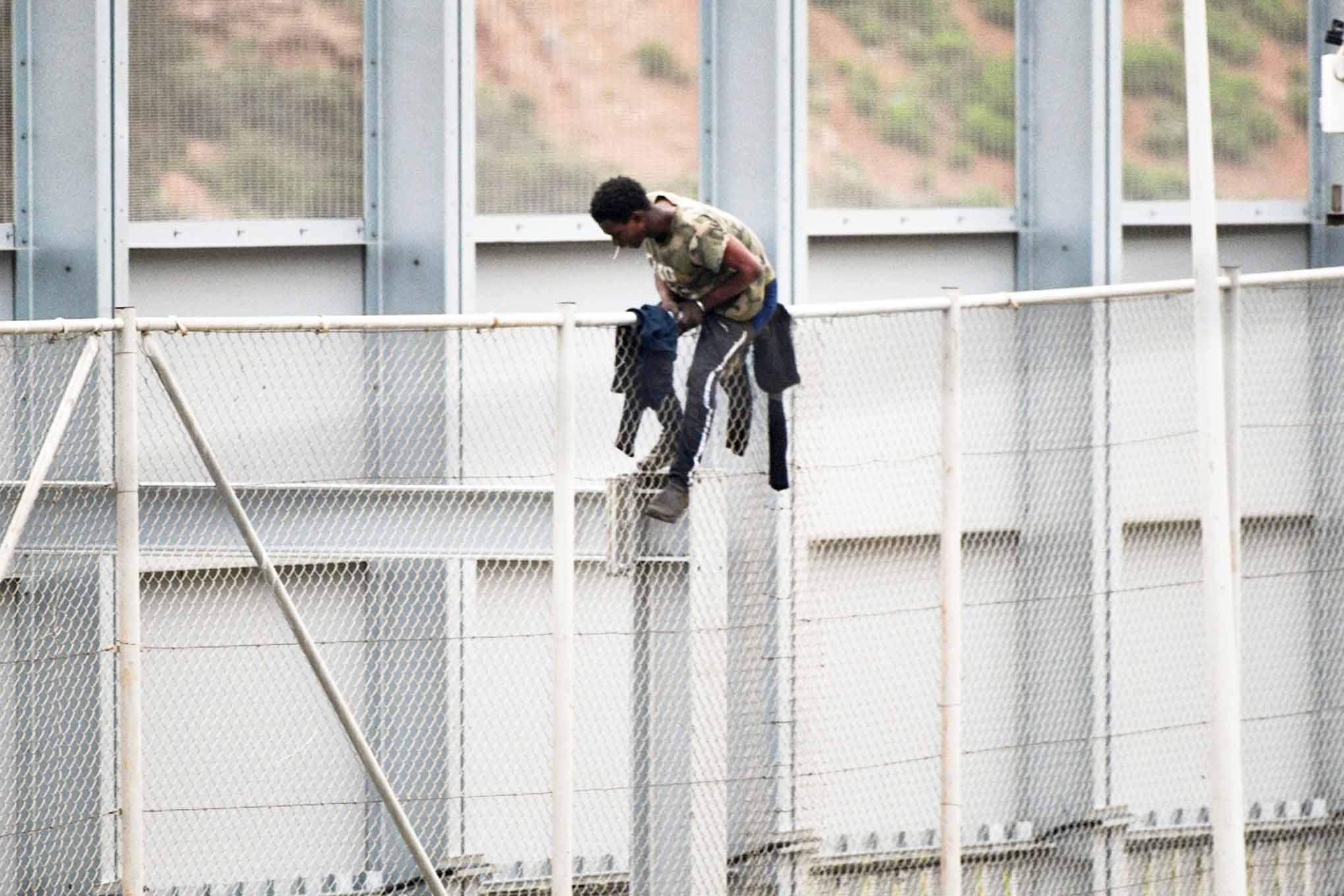 inmigrante-encaramado-valla